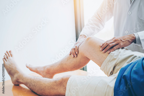 Foto  Physical Doctor consulting with patient Knee problems Physical therapy concept