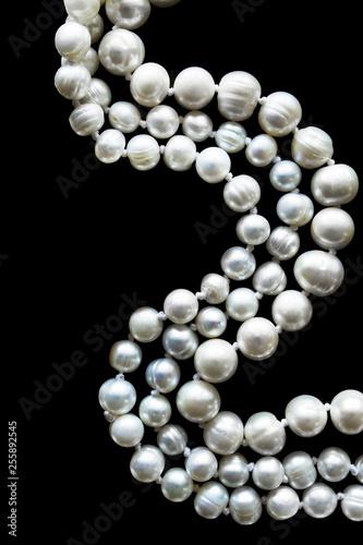 Biała perła na czarno