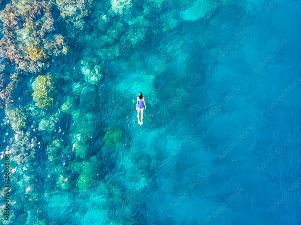 Fototapeta Aerial top down people snorkeling on coral reef tropical caribbean sea, turquoise blue water. Indonesia Banyak Islands Sumatra, tourist diving travel destination.