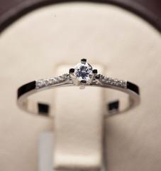 pierścionek z brylantem ślubnym na białym wyświetlaczu