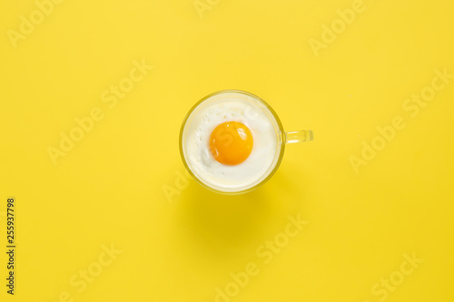 Photo Egg in a cup, a creative concept of the beginning of Easter, sunny morning and g
