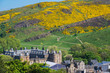 canvas print picture - Holyrood Palace und Arthur´s Seat m Fruehling
