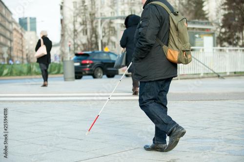 niewidomy idący ulicą Canvas Print