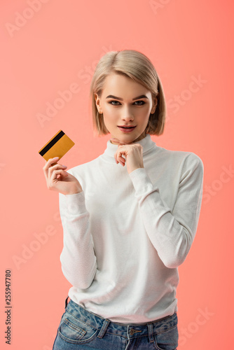 cheerful blonde woman holding credit card isolated on pink Fototapet
