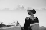 Zdjęcie podwójnej ekspozycji z kobiecą sylwetką i miastem. Koncepcja wolności i podróży. Skopiuj miejsce - 255949768