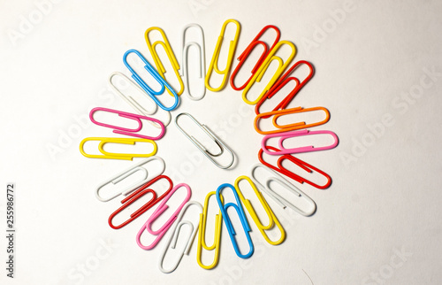 Fotografía  colorful paper clips isolated on white background
