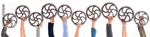 Cuadros en Lienzo Panorama verschiedener Hände die Zahnräder halten, welche ineinander greifen