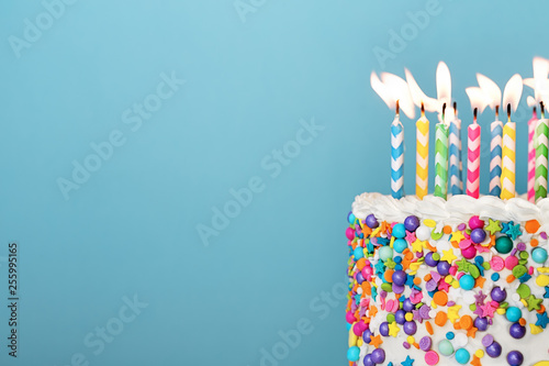 Colorful birthday cake with lots of candles Fototapet