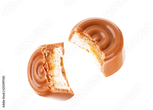 Fotografía  Chocolate candies in a cut with caramel on a white background