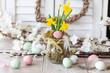 canvas print picture - Frische Osterglocken und bunte Eier