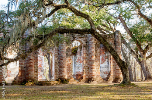 Photo  Enigmatic ruins of burned down Old Sheldon church surrounded by oaks, South Caro