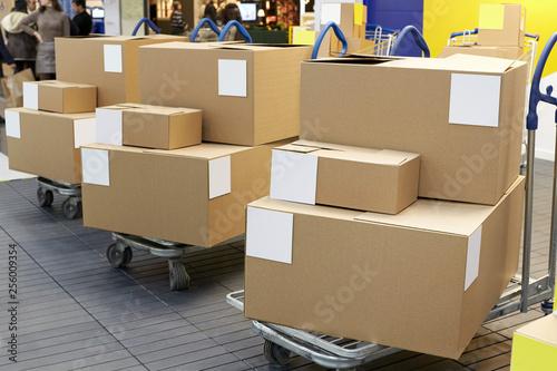 Fotografía  Many shopping carts and boxes
