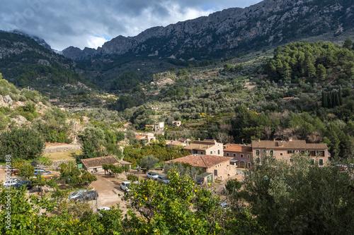 Ein mediterranes Dorf im Tal der Berge rund um Fornalutx