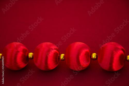 Photo bolas chinas rojas y brillantes con fondo rojo y espacio para texto, copy-space