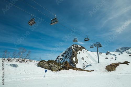 Valokuva  Ski piste panorama with ropeway chair lift