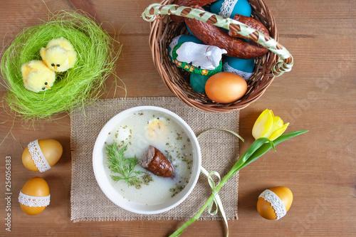Fototapeta Polskie tradycyjne śniadanie wielkanocne - barszcz biały z jajkiem i kiełbasą obraz