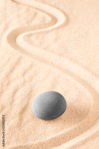 Photo sur Plexiglas Zen pierres a sable Raked sand and spa wellness healing stones. Zen buddhism meditation stone for concentration and relaxation through minimalism and purity. Spiritual background with copy space.