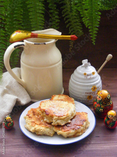Fotografía  Russian cuisine : crepes pancakes on plate with oak flakes on  brown wooden back