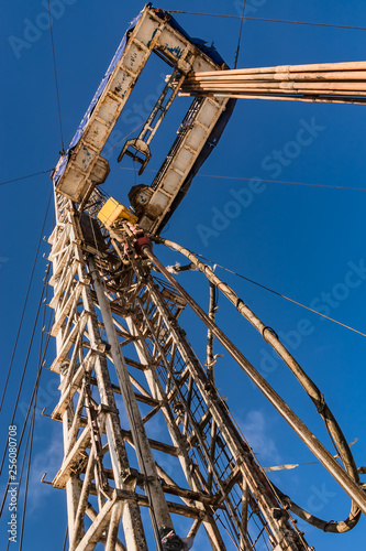 Fotografia  Drilling a well for oil and gas production at the field