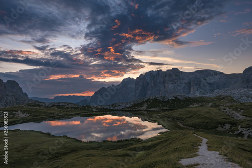 Foto auf AluDibond Blaue Nacht Forces of nature, mountain path and pristine alpine lake