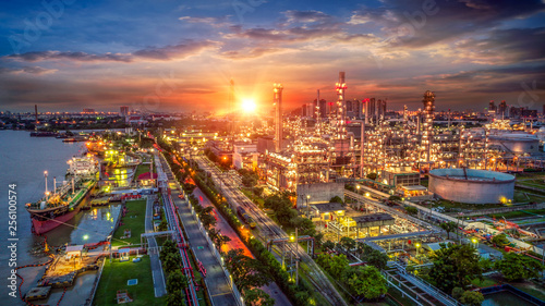 Photo Oil and gas industry - refinery factory - petrochemical plant at sunrise