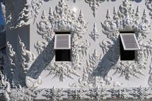 Persiennes Ouvertes Sur Mur De Temple Blanc
