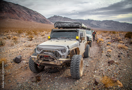 Fotomural  Vehicle in Desert