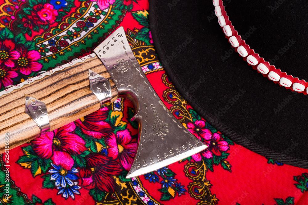 Fototapeta Ciupaga i kapelusz góralski na chuście góralskiej
