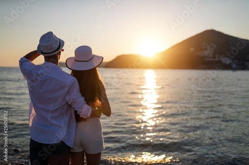 Fotografia  Happy couple in love walking on beach on honeymoon vacation