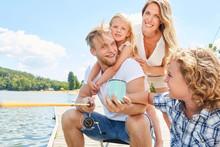 Glücklicher Vater Mit Seiner Familie Beim Angeln