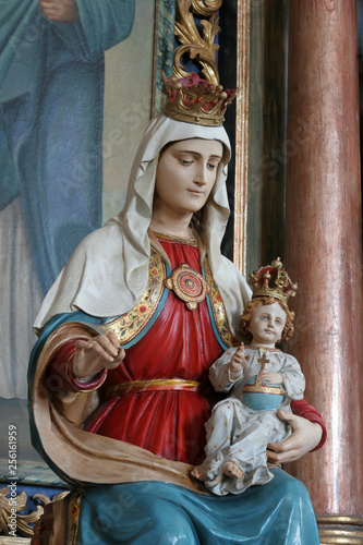 In de dag Kinderkamer Virgin Mary with baby Jesus, statue on the altar of Saints Cyril and Methodius in Church of Birth of Virgin Mary in Svetice, Croatia