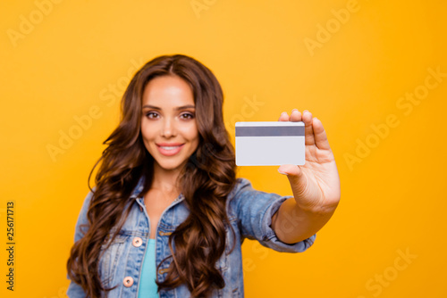 Fotografía  Close up photo beautiful her she lady hold show credit card wealthy self-confide