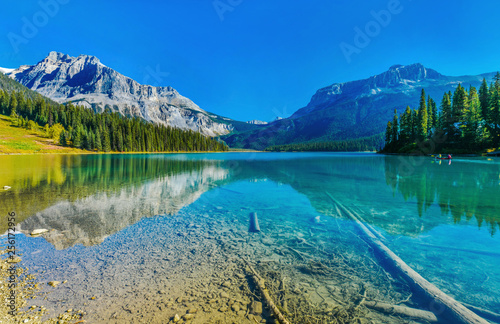 Obraz Emerald Lake,Yoho National Park in Canada - fototapety do salonu