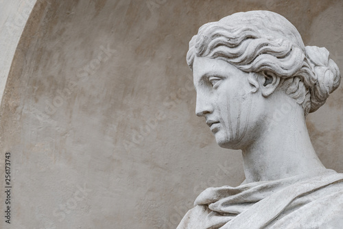 Ancient statue of sensual Italian renaissance era woman with long neck and curly Fotobehang