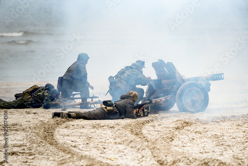 Fotografía  Soldiers fighting on the beach during the reconstruction of the historical battl