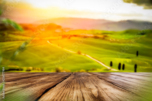 Montage in der Fensternische Honig Desk of free space for your decoration and spring landscape of tuscany