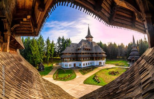 Fotografia Unique wide view of Barsana monastery, Maramures region of Romania in Europe