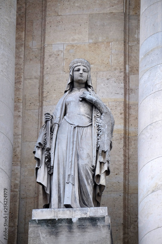 Foto  Saint Clotilde, statue on the portal of Saint Roch church in Paris, France