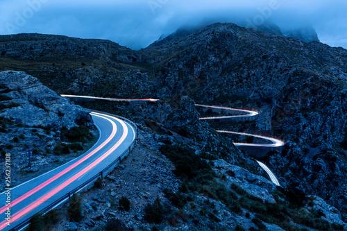 Fotografie, Obraz  Die Lichtspuren eines Autos auf dem Weg nach Torrent de Pareis über Serpentinens