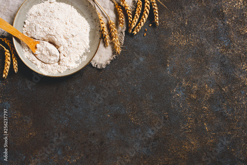 Fotografia Whole grain flour in the plate and wheat ears