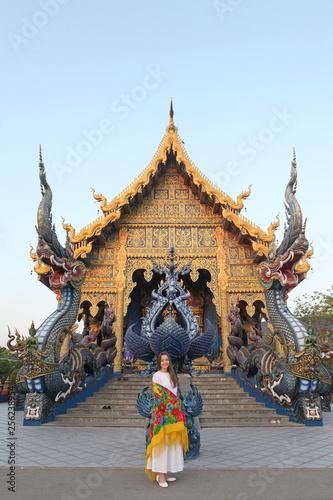 Foto  Wat Rong Suea Ten (Blue Temple) in Chiang Rai (Thailand)