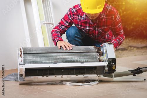 Fotografía  repairing the air conditioner