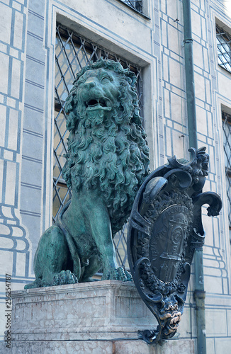 The Bavarian heraldic lion as a statue in Residenzstrasse, Munich, Germany Tableau sur Toile