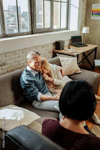 Fotografía  Distressed blonde unhappy woman crying on shoulder of her husband
