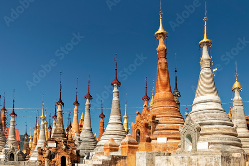 In de dag Bedehuis Burma, Asia - view of the towers of old temples.