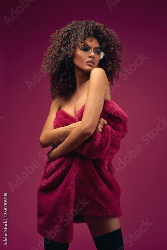 Half naked model in a fur coat on a bright background Tapéta, Fotótapéta
