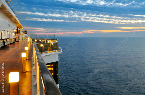 Fotografia  the deck with the lights of a cruise ship on a background sunset
