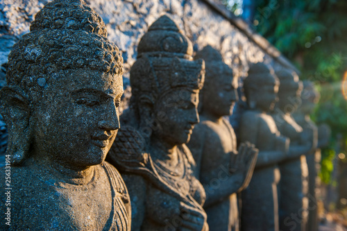 In de dag Historisch mon. Indonesia Bali, Stone statues in the Pura Besakih temple complex