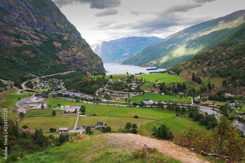 Foto  High angle view on Naeroyfjorden in Flam. Norway
