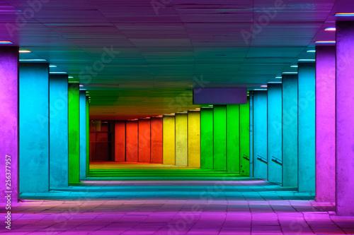Kolorowy mulitcolord iluminował galeria tunel blisko muzeum parka, Rotterdam, holandie